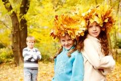 Zwei lächelnde Mädchen und ein Junge Lizenzfreies Stockfoto