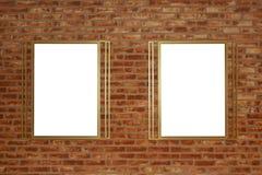 Zwei leere Anschlagtafeln befestigt zu einem Gebäudeaußenziegelstein lizenzfreie stockfotografie