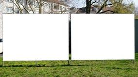Zwei leere Anschlagtafeln nebeneinander lizenzfreie stockbilder