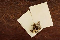 Zwei leere Fotografien auf einem alten hölzernen Hintergrund Stockbild
