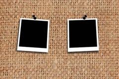 Zwei leere Fotos auf der Beschaffenheit des grauen Rausschmisses Stockfoto
