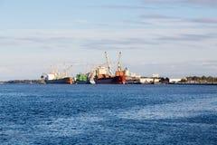 Zwei leere Frachter am Dock Stockfotografie