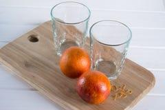 Zwei leere Gläser und sizilianische Orangen lizenzfreies stockbild