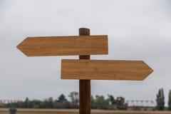Zwei leere Holzschilder auf einer Pole-Außenseite, unter Pale Sky lizenzfreie stockfotos