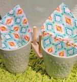 Zwei leere keramische Schalen mit Papierservietten Stockbild