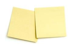 Zwei leere klebrige Anmerkungen über Weiß Lizenzfreie Stockbilder