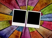 Zwei leere Polaroide auf hölzernem Hintergrund Lizenzfreies Stockfoto