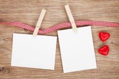 Zwei leere sofortige Fotos mit Süßigkeitsherzen Lizenzfreie Stockbilder