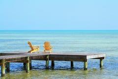 Zwei leere Stühle stockbild