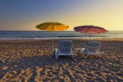 Zwei leere Stühle auf einem sandigen Strand lizenzfreie stockfotos