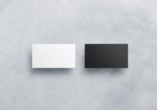 Zwei leere Visitenkartemodelle auf Grau gemasert Lizenzfreie Stockfotos