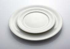 Zwei leere weiße Platten Lizenzfreies Stockbild