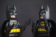 Zwei Lego Batman-minifigures auf schwarzem Hintergrund Lizenzfreie Stockfotos
