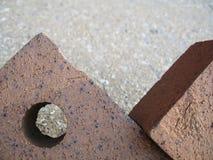 Zwei lehnender Ziegelstein-Auszug Stockfotografie