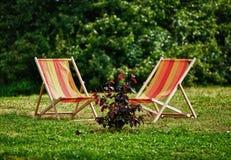 Zwei Lehnsessel auf einem Gras Lizenzfreie Stockfotografie