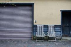 Zwei Lehnsessel und Wand Stockfotografie