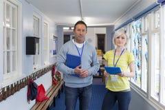 Zwei Lehrer im Korridor Lizenzfreie Stockbilder