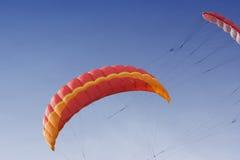 Zwei Leistungdrachen auf dem Himmel Stockfoto