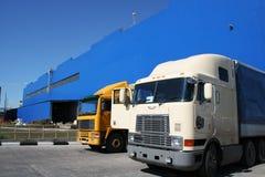 Zwei leistungsfähige Lastwagen lizenzfreies stockfoto