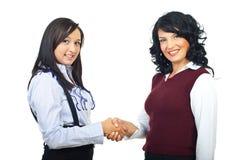 Zwei Leitprogrammfrauen, die Hände rütteln Stockfotografie