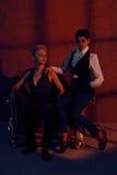 Zwei Lesbier mit ernstem Blick im alten Lehnsessel Lizenzfreie Stockfotos