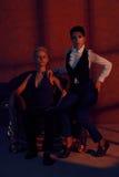 Zwei Lesbier mit ernstem Blick im alten Lehnsessel Lizenzfreie Stockbilder