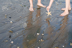 Zwei Leute auf dem Strand lizenzfreie stockfotografie