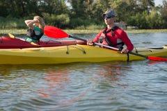 Zwei Leute in den Kajaks auf dem Fluss stockfoto