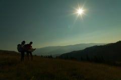 Zwei Leute, die auf dem Berg wandern lizenzfreie stockfotos