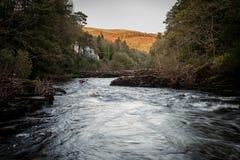 Zwei Leute, die auf dem Fluss Dee, Wales Kayak fahren lizenzfreies stockfoto