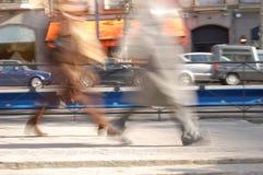 Zwei Leute, die auf den Bürgersteig gehen Lizenzfreies Stockbild