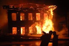 Zwei Leute, die das Feuer betrachten Lizenzfreies Stockfoto