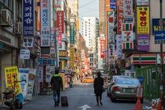 Zwei Leute, die an einer Straße in Seoul gehen stockbilder