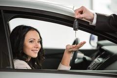 Zwei Leute, die Hände nach Handelsgeschäftsvereinbarung rütteln Lizenzfreies Stockbild