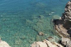 Zwei Leute, die im tiefen blauen Meer schnorcheln Stockfotos