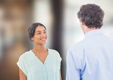 Zwei Leute, die miteinander sprechen Stockbild