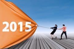 Zwei Leute, die Zahl von 2015 ziehen Stockbild