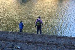 Zwei Leute an einem See Stockfoto
