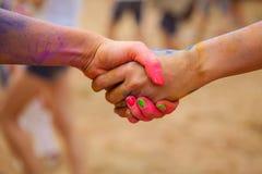 Zwei Leute kommen kombinierte Hände zusammen Lizenzfreie Stockfotos