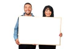 Zwei Leute mit unbelegter Fahne Stockfotografie