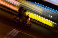 Zwei Leute reiten ein Moped Lizenzfreie Stockbilder