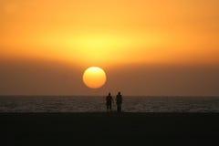 Zwei Leute am Sonnenuntergang Lizenzfreies Stockfoto
