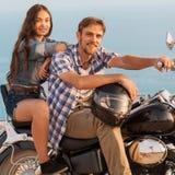 Zwei Leute und Fahrrad stockfotos