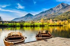 Zwei Liebesboote, welche die erstaunliche Landschaft in Slowenien genießen stockbild
