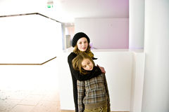 Zwei liebevolle Schwestern, Ältester man zahlt Aufmerksamkeit für das jüngere Stockfoto