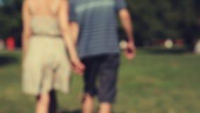 Zwei Liebhaber, die Händen sich anschließen stock video footage