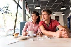 Zwei Liebhaber, die Spaß im Café plaudern und haben Lizenzfreie Stockfotografie