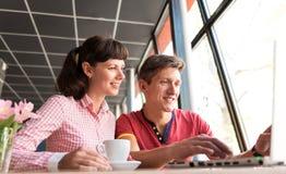 Zwei Liebhaber, die Spaß im Café plaudern und haben Lizenzfreie Stockbilder