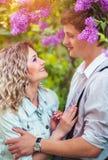 Zwei Liebhaber im Sommergarten Stockbilder