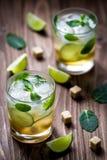 Zwei Limonadengläser, neues Getränk mit Zitrone, Eiswürfel auf dem Holztisch Lizenzfreie Stockfotografie